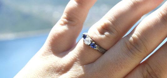 eljegyzési gyűrű a bal kézen
